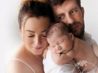 Młodzi rodzice z noworodkiem